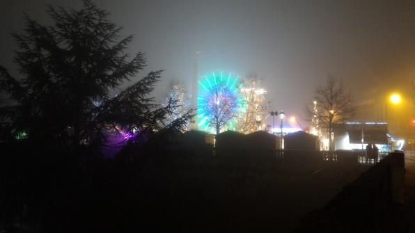 La ruota panoramica, appena visibile